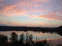 Elevação brilhante do sol da manhã sobre o lago Fotografia de Stock
