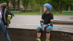 Elevação cinco do filho do rollerblader da mamã do apoio da família vídeos de arquivo