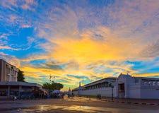 Elevação de Sun acima do wat Phrakeaw em Banguecoque fotos de stock royalty free