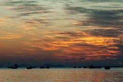 Elevação de Sun na praia do mar da rocha Imagens de Stock Royalty Free