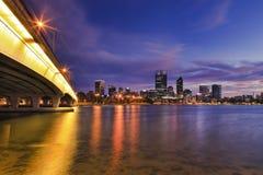 Elevação do rio da ponte da cidade de Perth fotos de stock