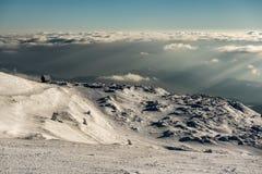 Elevação só da casa de campo na montanha em uma paisagem nevado do inverno fotografia de stock