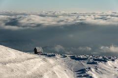 Elevação só da casa de campo na montanha em uma paisagem nevado do inverno foto de stock royalty free