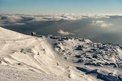 Elevação só da casa de campo na montanha em uma paisagem nevado do inverno imagens de stock