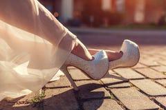 A elevação vestindo da mulher à moda colocou saltos sapatas e vestido do branco fora Forma da beleza imagens de stock royalty free