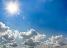 Elevações de Sun e as nuvens Fotos de Stock Royalty Free