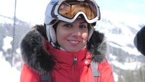 Elevações fêmeas de sorriso do esquiador do close up que sentam-se em Ski Lift Cable Car vídeos de arquivo