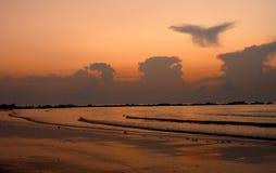 Eleva??o de Sun na praia de Batu Layar imagens de stock royalty free