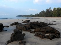 Eleva??o de Sun na praia de Batu Layar imagem de stock