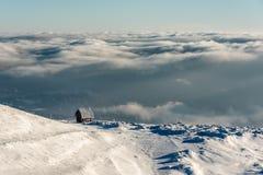 Eleva??o s? da casa de campo na montanha em uma paisagem nevado do inverno imagem de stock royalty free