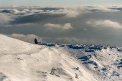 Eleva??o s? da casa de campo na montanha em uma paisagem nevado do inverno imagens de stock