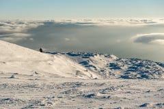 Eleva??o s? da casa de campo na montanha em uma paisagem nevado do inverno foto de stock