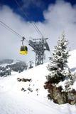 Elevación de esquí amarilla en las montan@as Foto de archivo libre de regalías