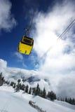 Elevación de esquí amarilla en las montan@as Imagenes de archivo