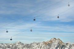 Elevación de esquí de la góndola sobre las montañas de las montan@as Fotografía de archivo