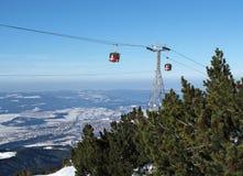 Elevación de esquí del teleférico sobre paisaje de la montaña imagen de archivo