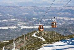 Elevación de esquí del teleférico sobre paisaje de la montaña fotografía de archivo