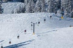 Elevación de esquí en el centro turístico foto de archivo