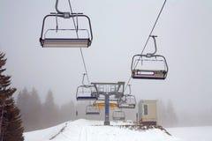Elevación de esquí en la niebla Fotos de archivo libres de regalías