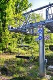 Elevación de esquí sobre el bosque Fotografía de archivo libre de regalías
