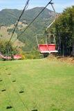 Elevación de esquí sobre pista del esquí foto de archivo
