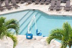 Elevación de la piscina de la persona discapacitada nadando imagen de archivo libre de regalías