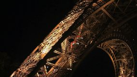 Elevación de la torre Eiffel en la noche metrajes
