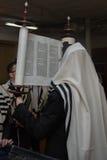 Elevación de la voluta de Torah Imagen de archivo libre de regalías
