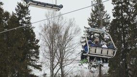 Elevación de silla del esquí con los esquiadores metrajes