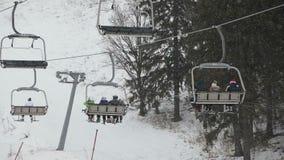Elevación de silla del esquí con los esquiadores almacen de video