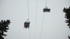 Elevación de silla del esquí con los esquiadores almacen de metraje de vídeo
