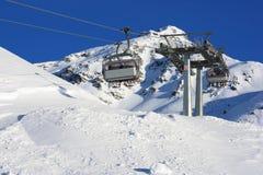 Elevación de silla en estación de esquí italiana imagenes de archivo