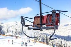 Elevación de silla en la estación de esquí Bukovel en Ucrania imagen de archivo
