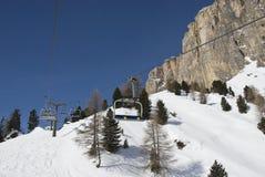 Elevación de silla en una estación de esquí nevosa. Fotografía de archivo libre de regalías