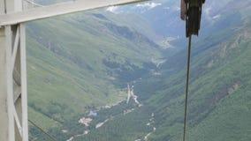 Elevación de silla en una estación de esquí vacía en el verano almacen de video