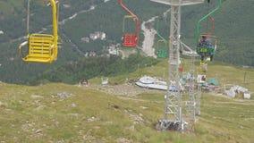 Elevación de silla en una estación de esquí vacía en el verano metrajes