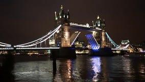 Elevación del puente de la torre en la noche metrajes