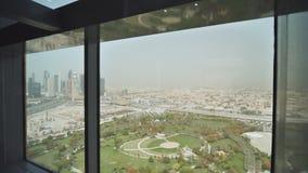 Elevación en un elevador en el capítulo de Dubai con vistas al centro de Dubai almacen de video