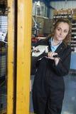 Elevación femenina de Using Powered Fork del obrero para cargar mercancías imagen de archivo
