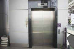 Elevación o escalera móvil para la persona inhabilitada para moverse arriba y abajo del MRT Imagen de archivo libre de regalías
