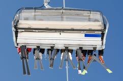 Elevación de esquí de detrás Fotos de archivo