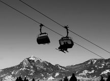 Elevación de la cabina en invierno en la estación de esquí Foto de archivo libre de regalías