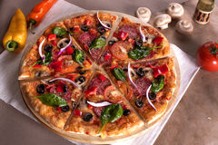 Elevación de la rebanada de la pizza Fotos de archivo