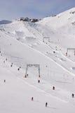 Elevaciones alpestres de la fricción del área del esquí Fotografía de archivo libre de regalías