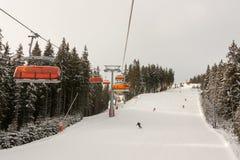 Elevaciones de silla en Jasna Ski Resort, Eslovaquia Foto de archivo