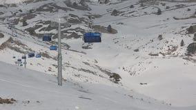 Elevaciones de silla vacías corrientes en Ski Centre almacen de video