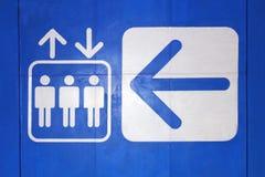 Elevador branco do símbolo da seta do sinal do ícone do elevador no fundo azul, do sinal de advertência da informação do conceito ilustração do vetor