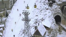 Elevador da montanha na inclinação do esqui com esquiadores Trilha de estrada de ferro modelo diminuta video estoque