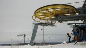 Elevador de cadeira do esqui com esquiadores vídeos de arquivo