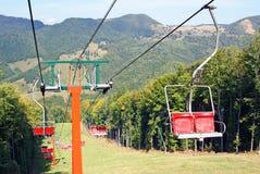 Elevador de cadeira do esqui para a fuga do esqui Foto de Stock